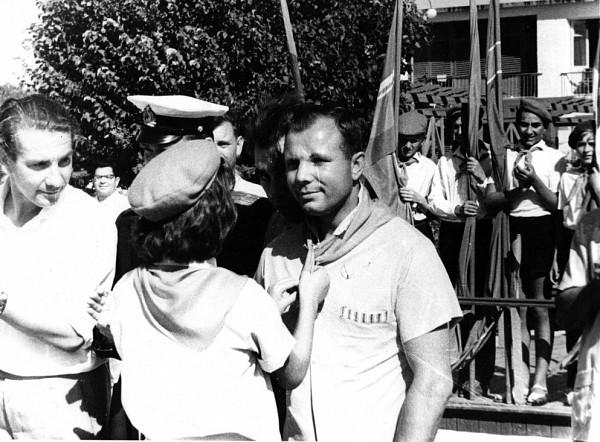 В Евпатории Юрий Гагарин был принят в почётные пионеры