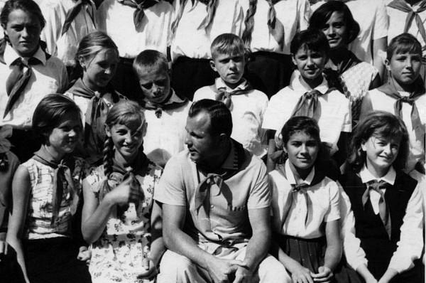 Юрий Гагарин сфотографировался с каждым отрядом лагеря