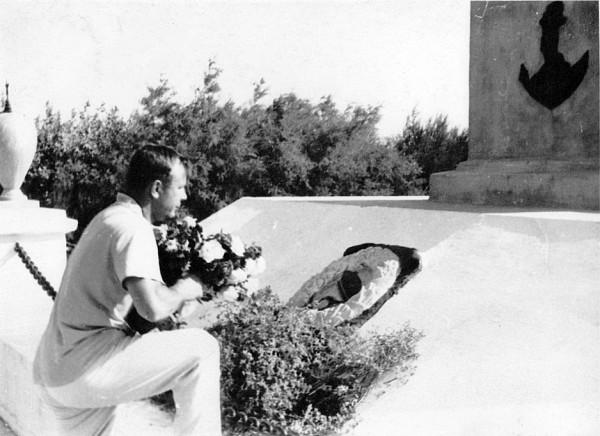 Все цветы, подаренные Юрию Гагарину в пионерском лагере он возложил у памятника Десантникам близ Евпатории