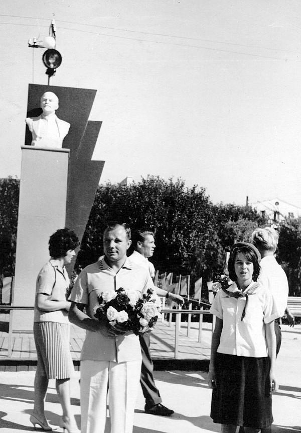 Дети дарили космонавту цветы