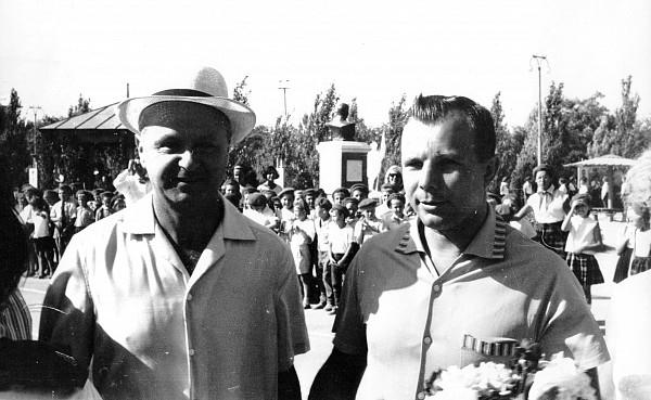 Памятное фото с Юрием Гагариным