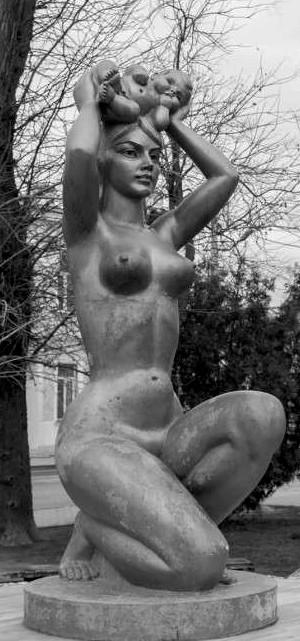 «Материнство». Скульптор: А.Е. Шмаков. Расположение: напротив родильного дома по ул. Революции