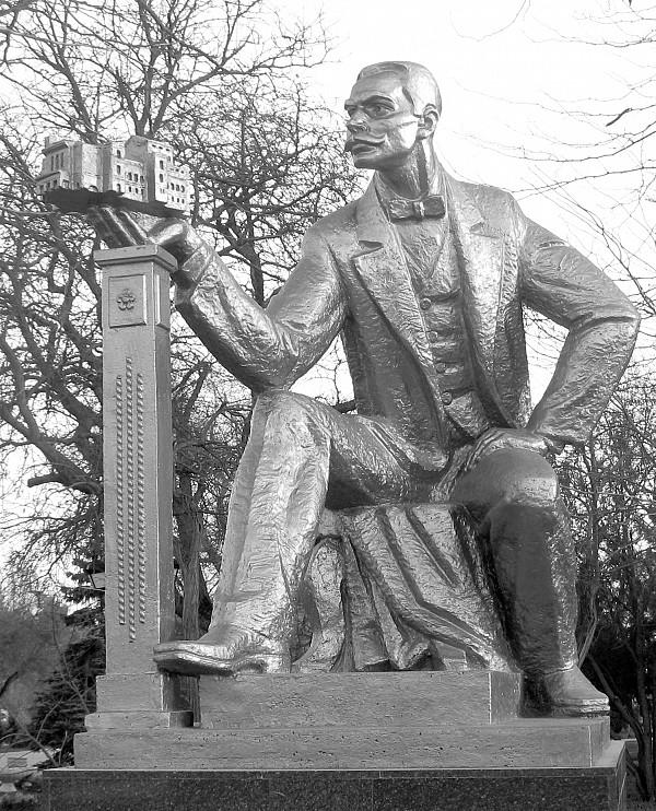 Памятник евпаторийскому Голове, Семену Эзровичу Дувану. Скульптор: А.Е. Шмаков. Расположение: ул. Дувановская