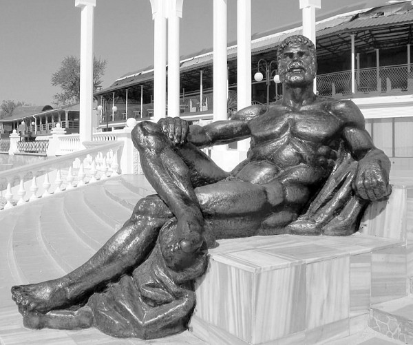 «Отдыхающий Геракл». Скульптор: А.Е. Шмаков. Расположение: в парке им. Фрунзе