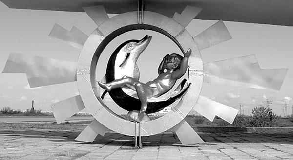 «Мальчик на дельфине». Скульптор: А.Е. Шмаков. Расположение: на въезде в город