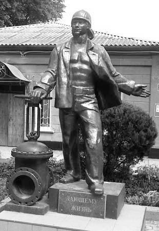 «Дающему жизнь». Скульптор: В. Зайков. Расположение: ул. Дм. Ульянова